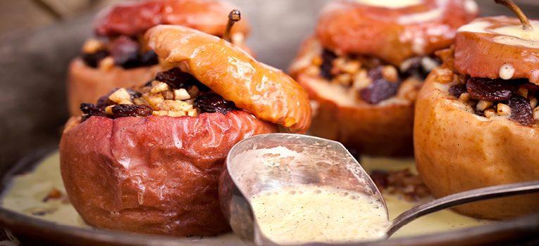Bratapfel mit Füllung aus mit einer Füllung aus Nüssen und Marzipan
