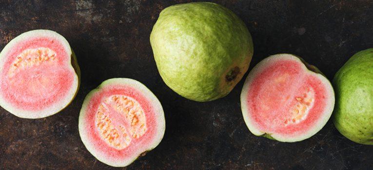 Guaven auf dunklem Hintergrund