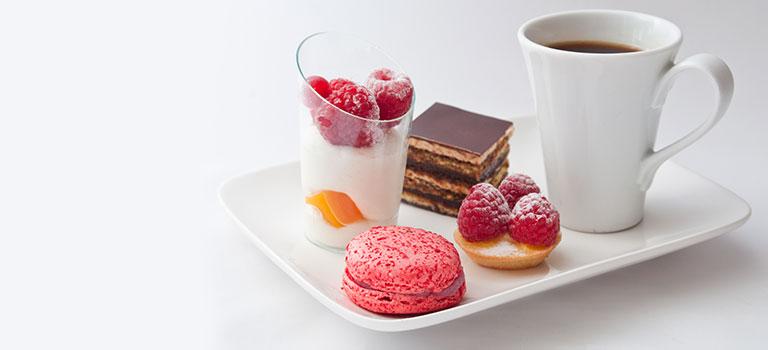 Macarons Tartelettes Dessert Kaffee Espresso Teller Cafe Gourmand Schokolade Würfel Kuchen