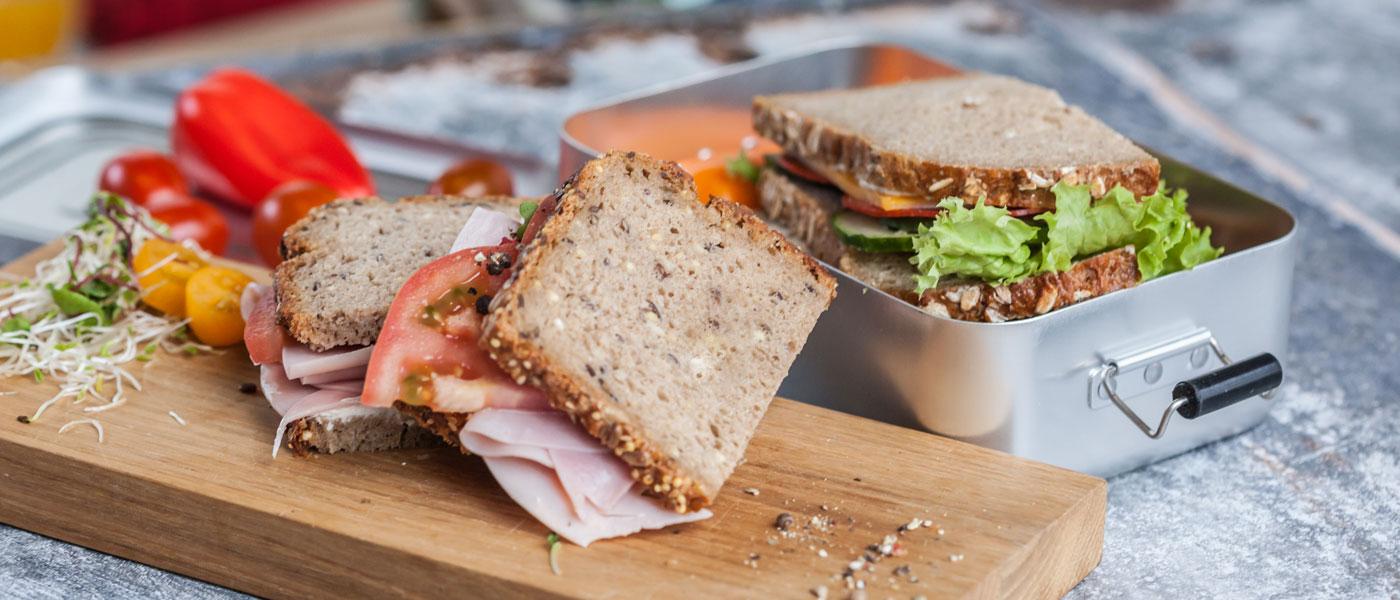 Fit for Future Pausenverpflegung Brot Schnitte gesund Tomate Salat