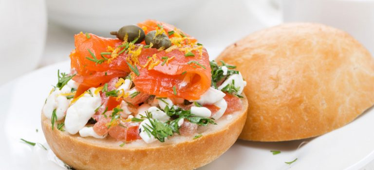 Winterblues Lachs Brioche Burger belegt Dill Oliven Sandwich