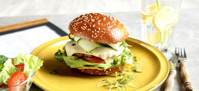 Brezel-Brioche-Burger mit Sesam